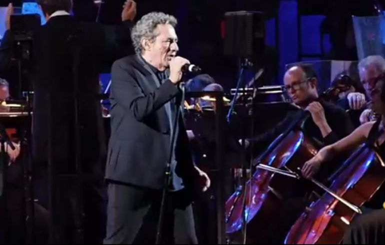 Miguel Ríos, con la OCG, en un instante del video.