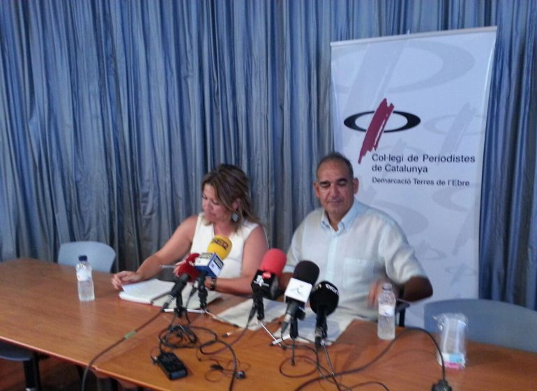 Dos dels portaveus de la Marea Blanca Terres de l'Ebre, durant la valoració dels anuncis fets pel conseller Comín.