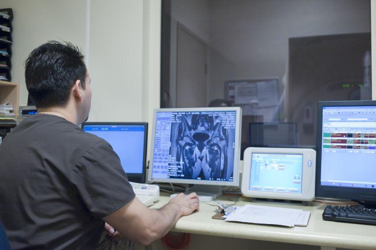 El Hospital convierte dos plazas de enfermería en técnicos de rayos