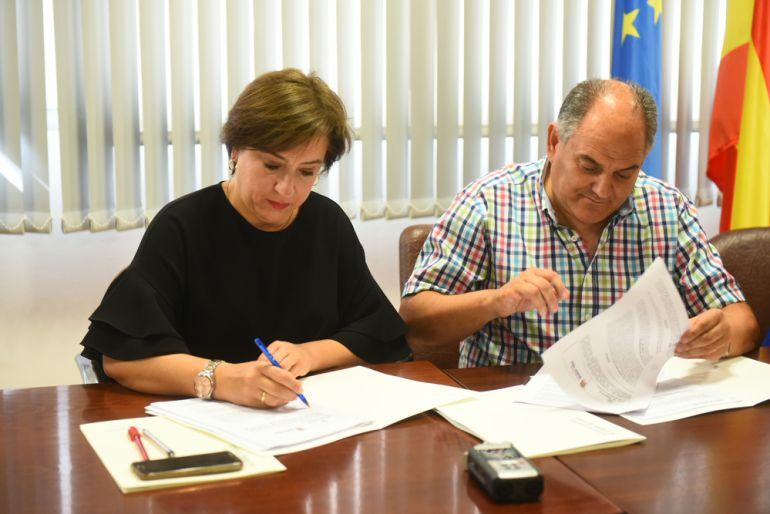 Sandra García y el alcalde de Huétor Tájar, Fernando Delgado, firman el convenio.