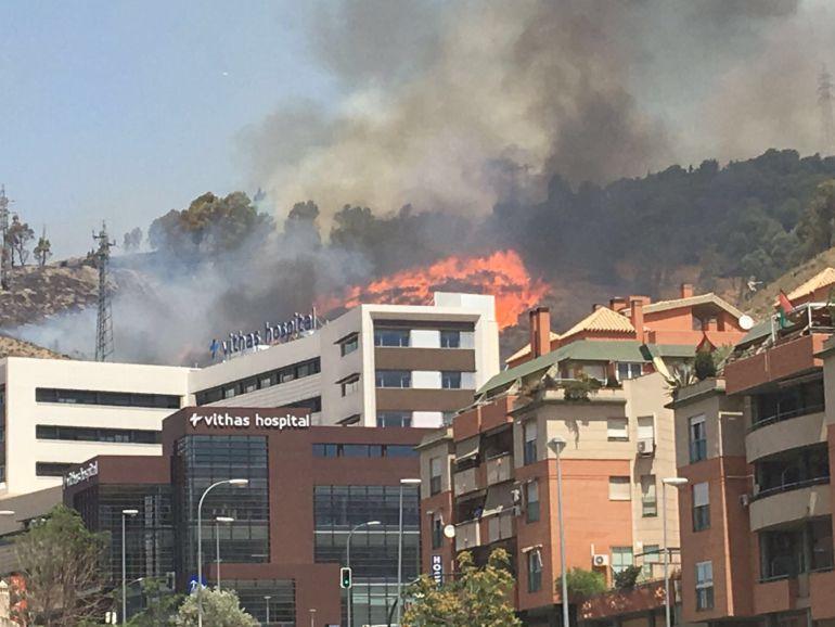 Las llamas se acercan a las viviendas.
