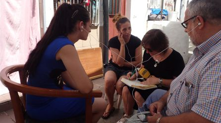De izqda a dcha: Estefanía, Sonia, nuestra redactora Myriam Soto y el párroco de la San Carlos Borromeo, Javier Baeza