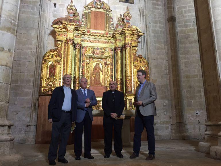 D'esquerra a dreta, el degà del Capítol Catedral, José-Luis Arín; el president de la Diputació de Tarragona, Josep Poblet; el bisbe de Tortosa, Enrique Benavent; i l'alcalde de Tortosa, Ferran Bel, davant el retaule de Santa Còrdula i Santa Càndia.