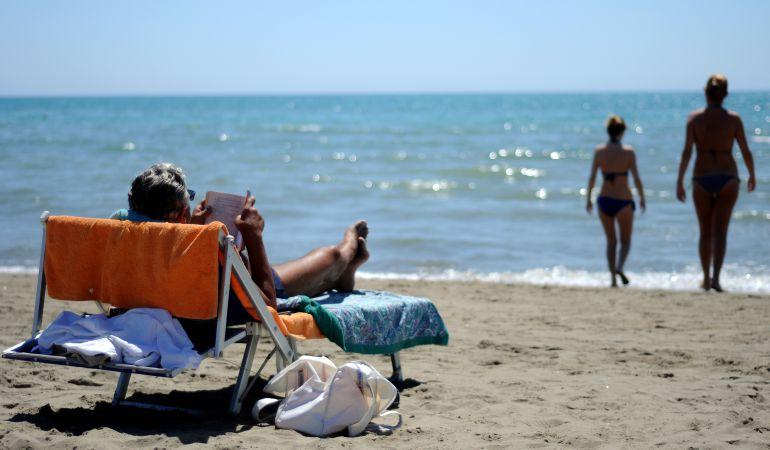 Leer en la playa es uno de los pasatiempos de muchos españoles durante el verano