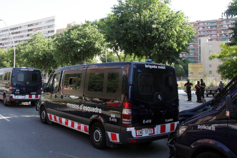 Desplegament dels Mossos d'Esquadra al barri de La Mina en una imatge d'arxiu