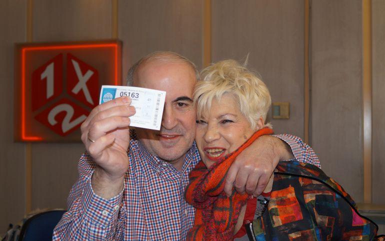 Fotografía de archivo del sorteo de Lotería de Navidad con un décimo premiado