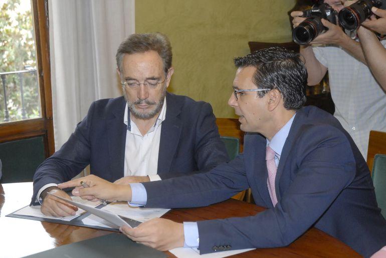 Cuenca, en una reciente reunión con el consjero de Fomento, Felipe López.
