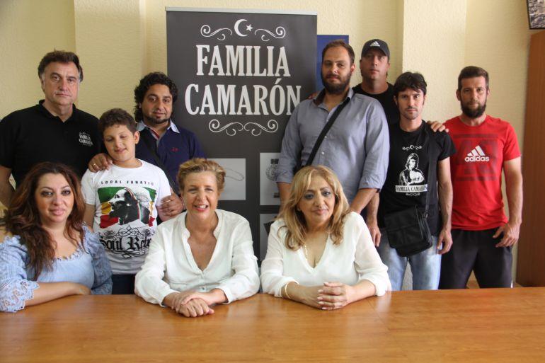 La concejala de Cultura de Almuñécar, Olga Ruano, junt con la familia de Camarón de la Isla