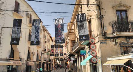 Los carteles de las veintitres ediciones del festival penden a lo largo de la calle Doctor Muñoz
