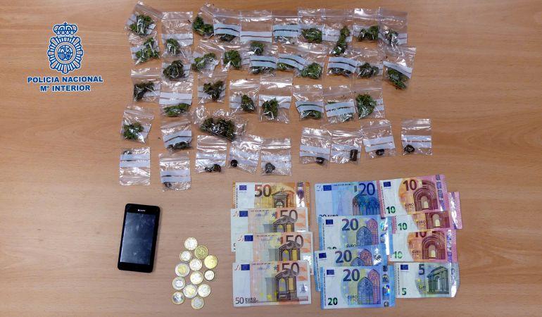 Al arrestado se le encontró en el bolso-bandolera que portaba, diez envoltorios dosificados, ocho de marihuana y dos de hachís, así como 329 euros en dinero fraccionado