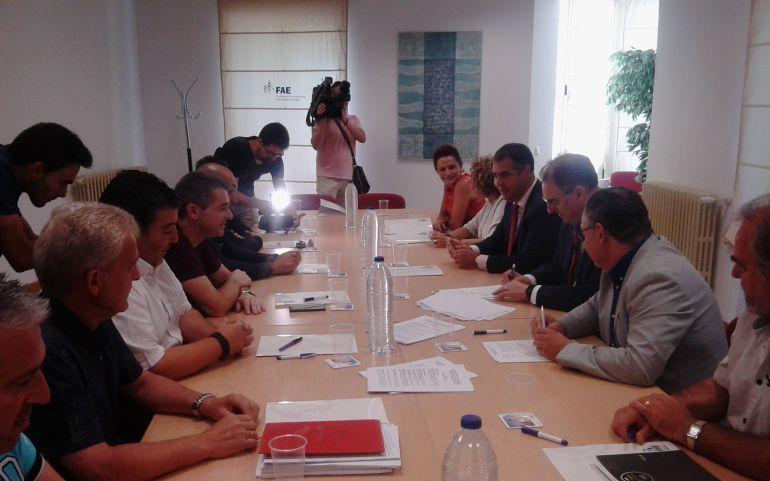 Representantes de la Federación de Empresarios del Metal (FEMEBUR) y de los sindicatos Comisiones Obreras y UGT firman el convenio del sector para la provincia de Burgos