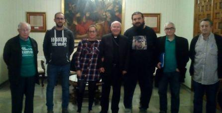 María Montávez junto al Obispo de la Diócesis de Jaén, en una visita en la que el desde SAT le explicaron los trabajos que realizan en la finca del BBVA