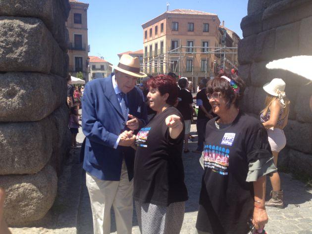 El alcalde en 1992, Ramón Escobar, y la actual alcaldesa, Clara Luquero, conversan antes de dar el abrazo al Acueducto junto a la concejala, Claudia de Santos.