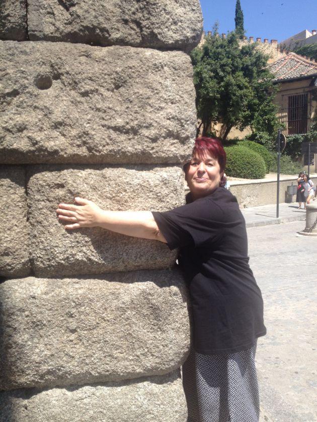 La alcaldesa, Clara Luquero, también ha querido dar su particular abrazo al monumento.