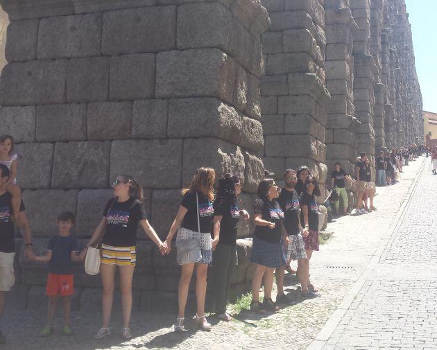 Segovianos y turistas se han unido para abrazar al Acueducto.