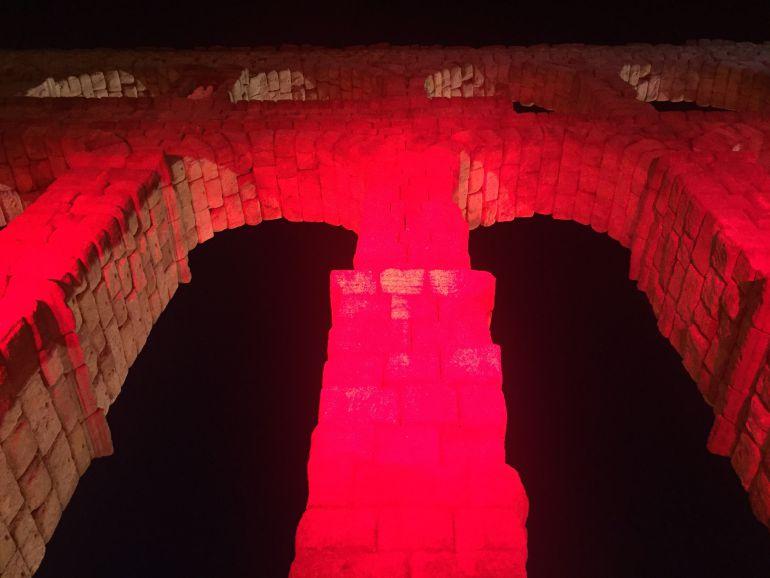 El Acueducto iluminado en rojo y el concierto de Semilla Negra ponen punto final a los actos del aniversario.