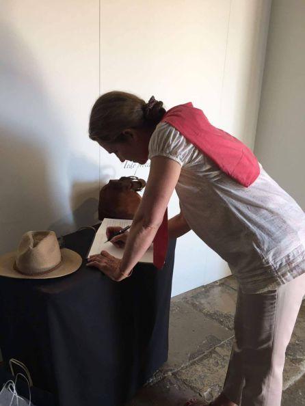 La infanta Doña Elena firma en el libro de la exposición 'Reconciliare'