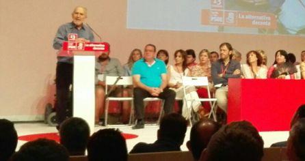 Ángela Marqués, con un abanico negro entre los miembros de la regional