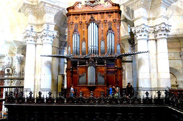 Imagen frontal del órgano principal de la Catedral de Cádiz