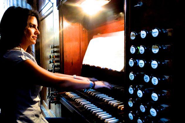Sandra Massa toca el órgano de la Catedral de Cádiz
