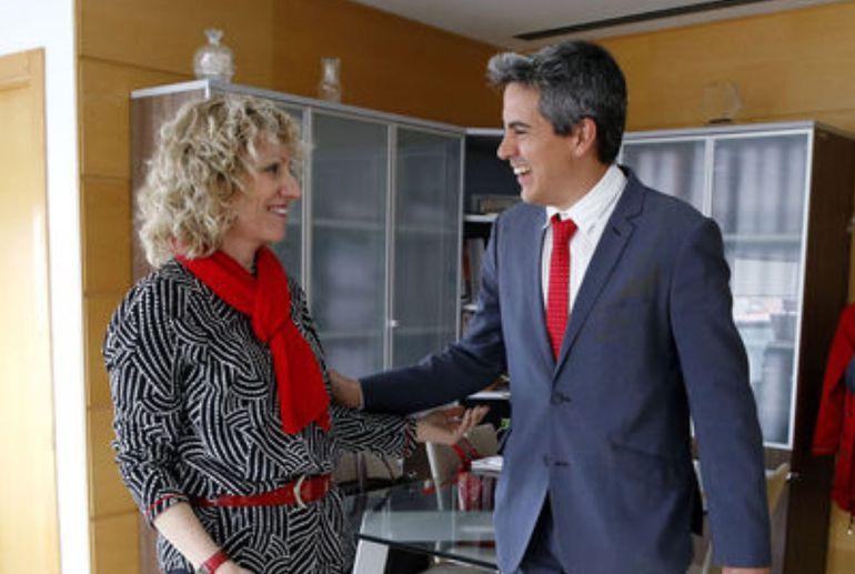 Imagen de archivo de una reunión entre la vicepresidenta regional y el alcalde de Santa Cruz de Bezana.