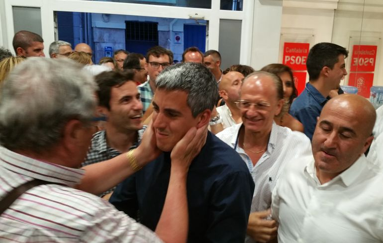 Pablo Zuloaga, ya como secretario general, aclamado a su llegada a la sede regional del PSC-PSOE.