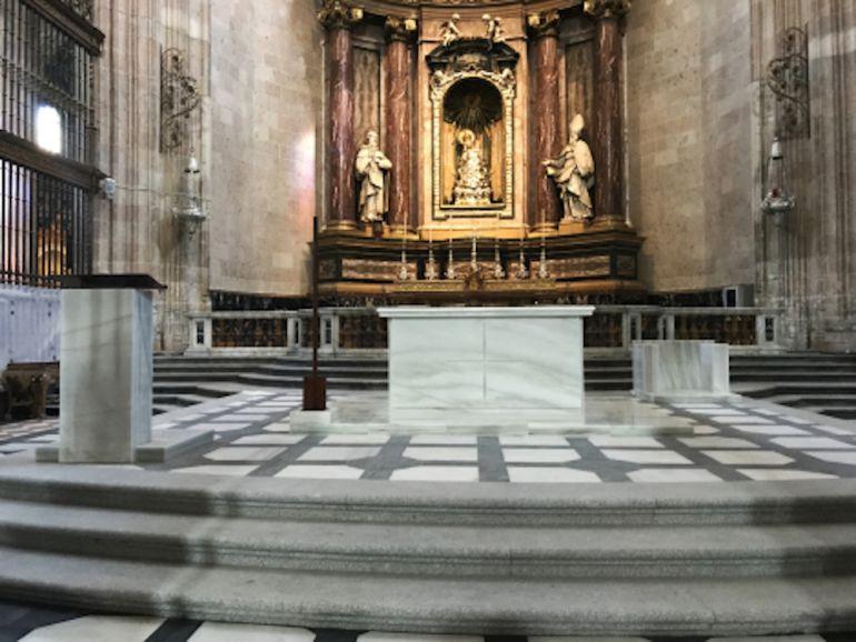El marmol blanco predomina en el nuevo Altar Mayor de la Catedral.