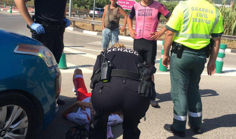 El triatleta Jesús Gomar García tumbado en el suelo atendido por la Policía Local