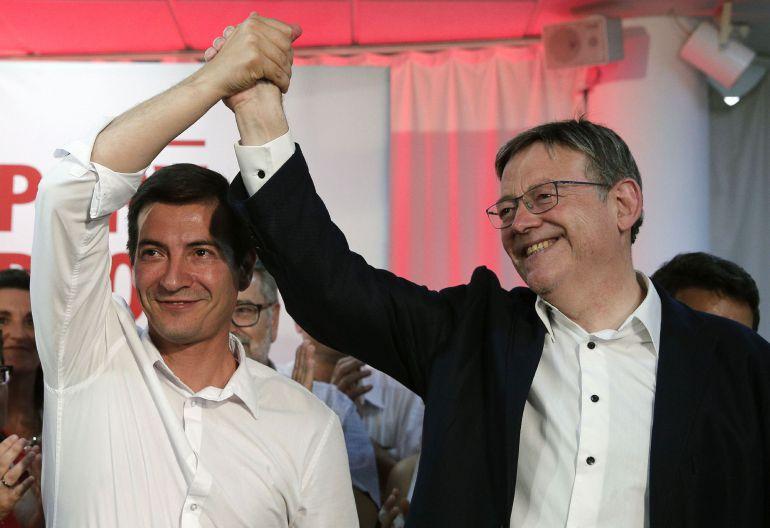 Rafa García (izqda), felicita al reelegido secretario general del PSPV-PSOE, Ximo Puig, tras las primarias que se han celebrado hoy domingo en la Comunitat Valenciana.
