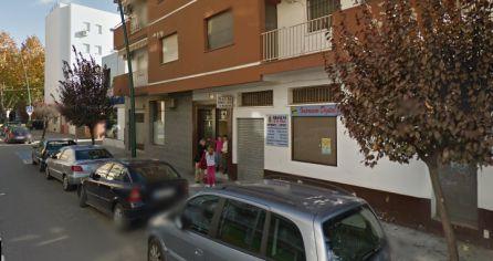Dos agentes prestaron auxilio a una mujer embarazada, a la que encontraron tirada en el suelo del portal número 18 de la calle Emperador Adriano con signos de dolor, donde dio a luz poco después