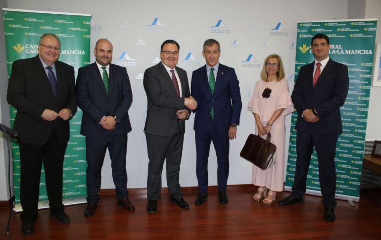 En el centro de la imagen, los presidentes de ADECA y Caja Rural Castilla-la Mancha, Santos Prieto y Javier López