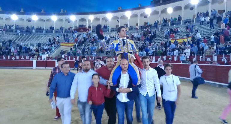Imagen de archivo de Rubén Pinar saliendo a hombros de la Plaza de Toros de Albacete