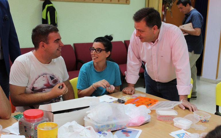 El alcalde, Manuel Serrano, visita la escuela de verano de Asprona