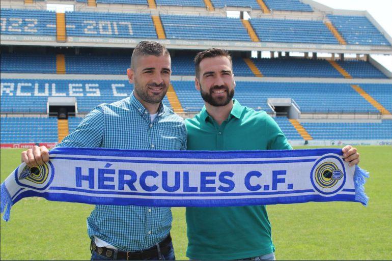 El director deportivo del Hércules, Javier Portillo junto con el nuevo guardameta del Hércules, Ismael Falcón