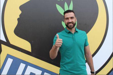 Ismael Falcón posa en el estadio José Rico Pérez