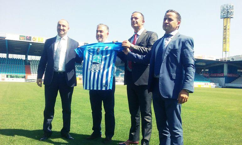 El presidente de la Ponferradina junto a miembros de la empresa Herrero Brigantina