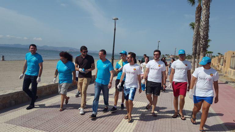 20 jóvenes limpian la playa de La Hita en Los Alcázares