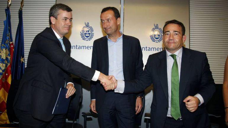 El abogado de Skyline estrecha la mano a Manuel Illueca en presencia del alcalde de Elche, Carlos González.