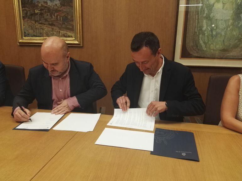 La firma del convenio se ha hecho en el despacho de alcaldía