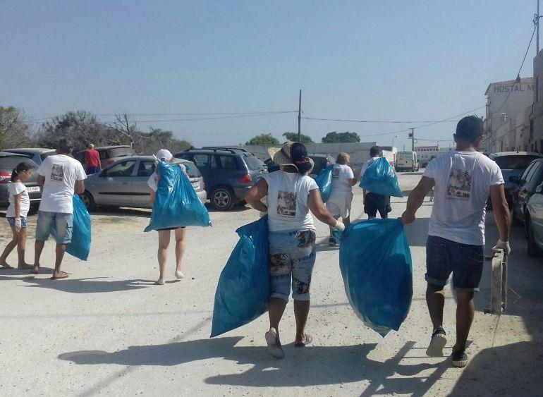 Miembros del Partido de Elche han limpiado la pinada de La Marina