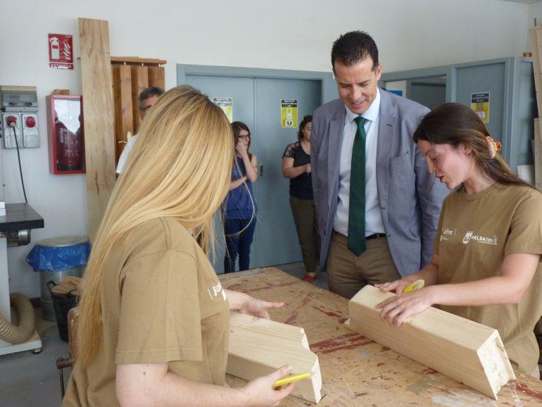 El alcalde de Elda, Rubén Alfaro, visita los tallres de Carpintería