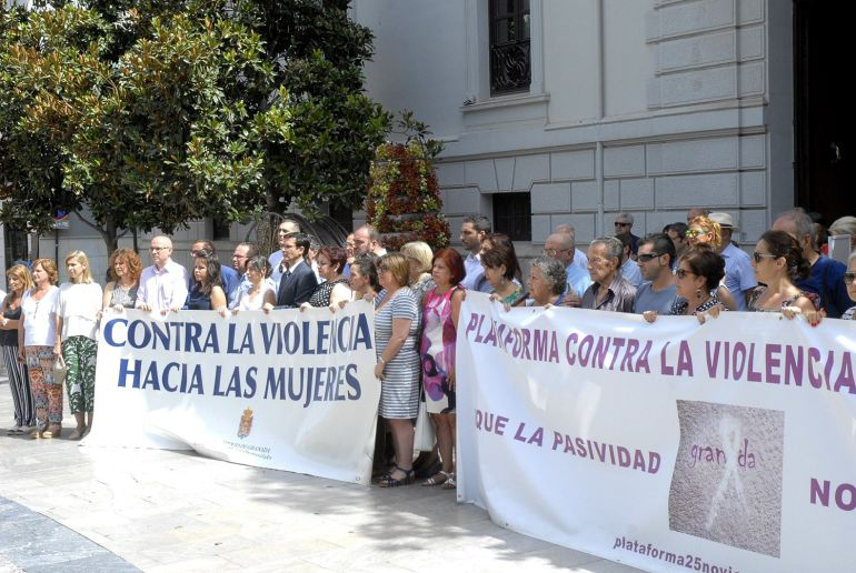 Concentración contra la violencia machista en las puertas del Ayuntamiento de la capital