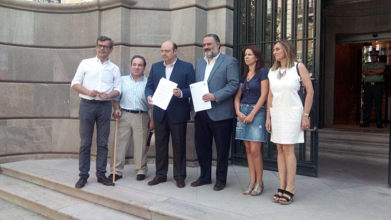 Responsables políticos del PP granadino en la sede de la Fiscalía