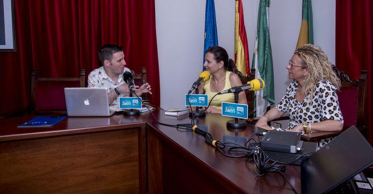 De izquierda a derecha, César García, la alcaldesa de Lopera, Isabel Uceda, y la concejala de Cultura y Turismo, Carmen Torre.