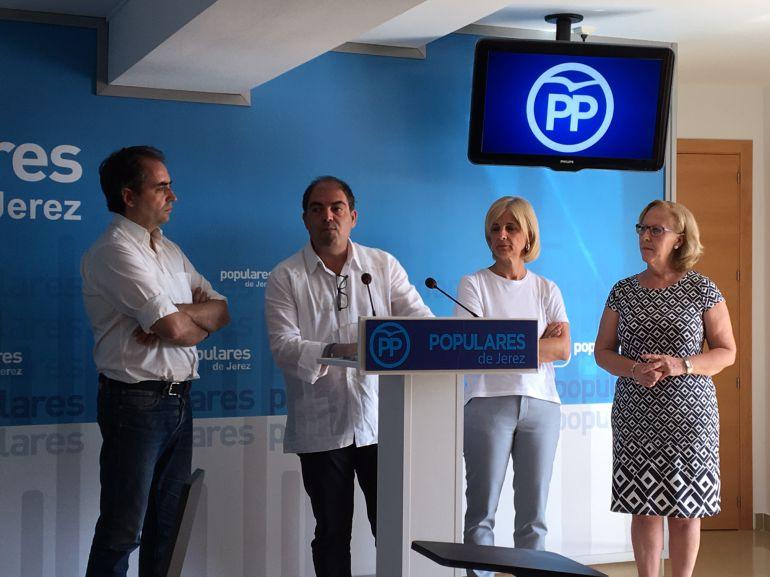 Lorenzo Amor, presidente de ATA, junto a Pelayo y Saldaña, del PP en Jerez