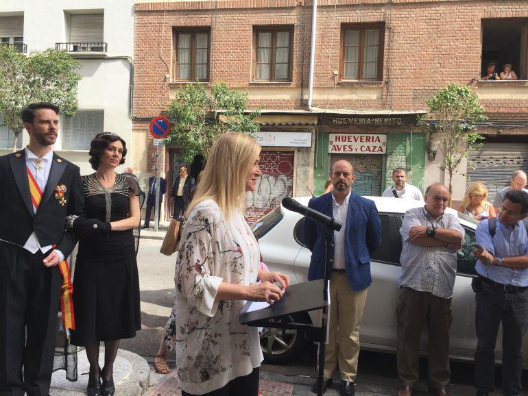 La presidenta de la Comunidad de Madrid, Cristina Cifuentes, junto a los actores que interpretaban al rey Alfonso XIII y la reina Victoria Eugenia de Battenberg en la estación de Cuatro Caminos