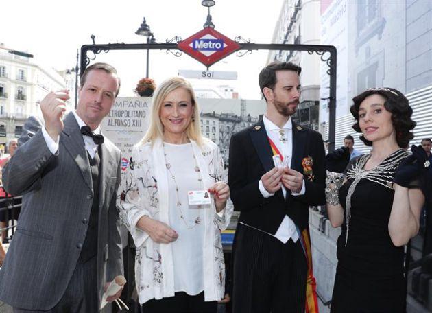 La presidenta Cristina Cifuentes en la estación de Sol junto a varios actores