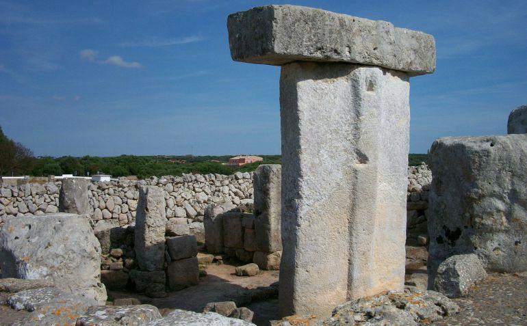 Estos monumentos megalíticos (taula) y los poblados asociados con sus torres de vigilancia (talayots) componen una singularidad de la que Menorca hace gala con una nueva generación de jóvenes guías turísticos.