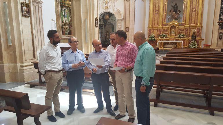 El consejero de Hacienda, Andrés Carrillo, junto al alcalde de Lorca, Fulgencio Gil, durante la visita al templo de Santiago, financiado con fondos del Banco Europeo de Inversiones BEI.