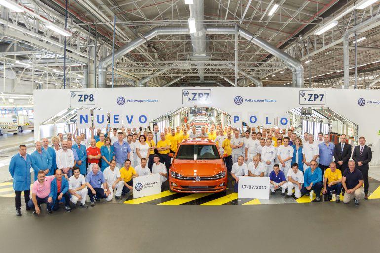 Trabajadores de la planta de Landaben con el nuevo modelo de Polo